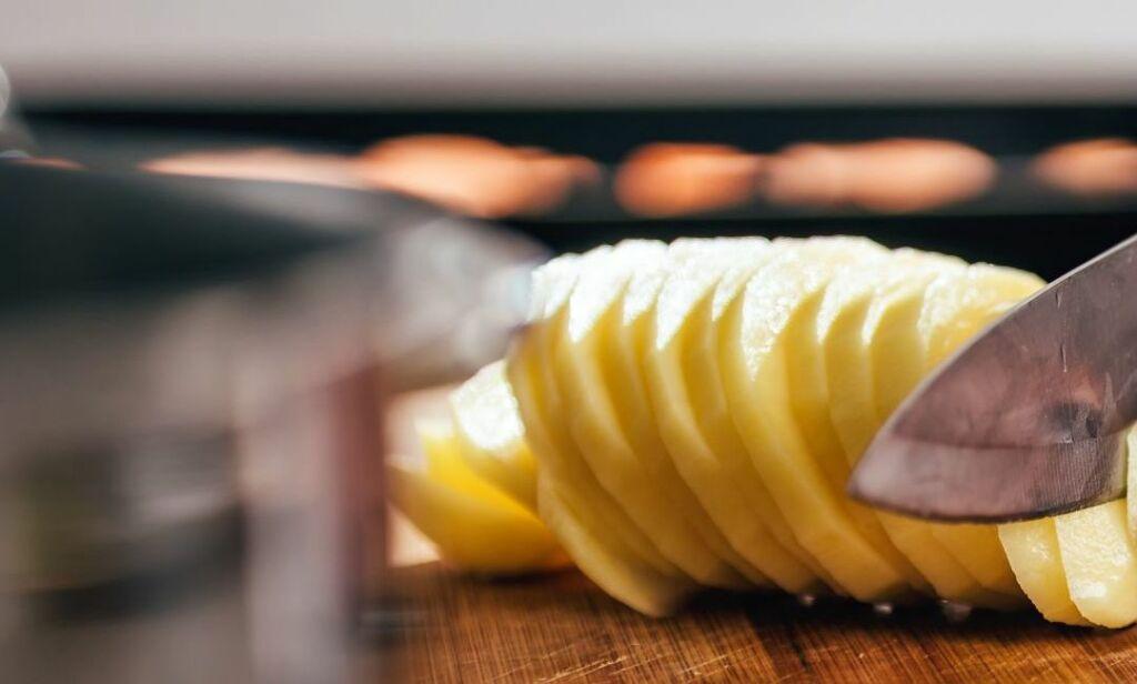 Añade las patatas peladas y cortadas en rodajas gruesas