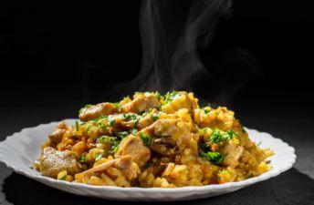 Plato de arroz con pollo al horno