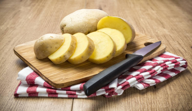 Pelamos y cortamos las patatas en rodajas