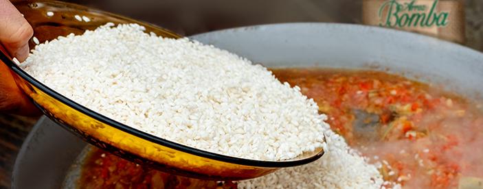 vertiendo arroz