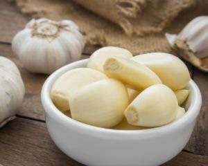 dientes de ajo pelados en un bol