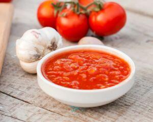 cuenco de tomate triturado y ajos