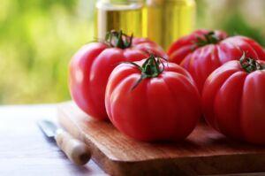 tomates naturales sobre tabla de cortar