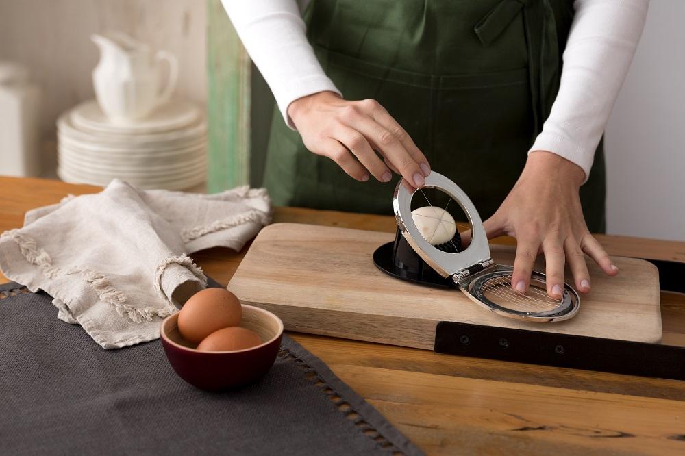Cocemos el huevo en una olla con agua
