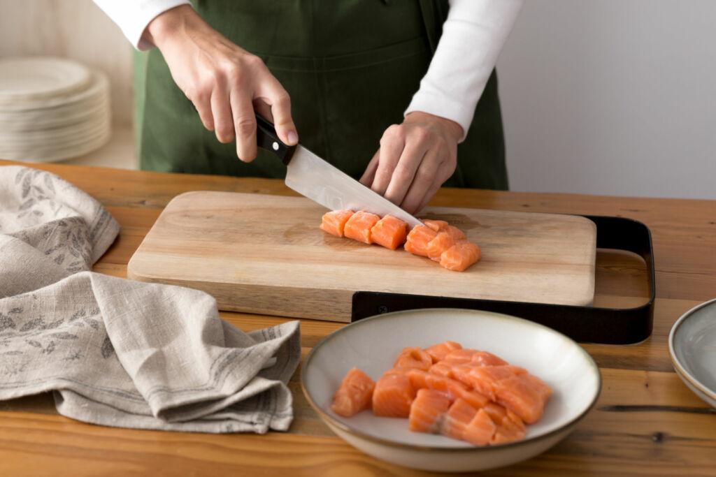 Cortamos el salmón fresco en dados