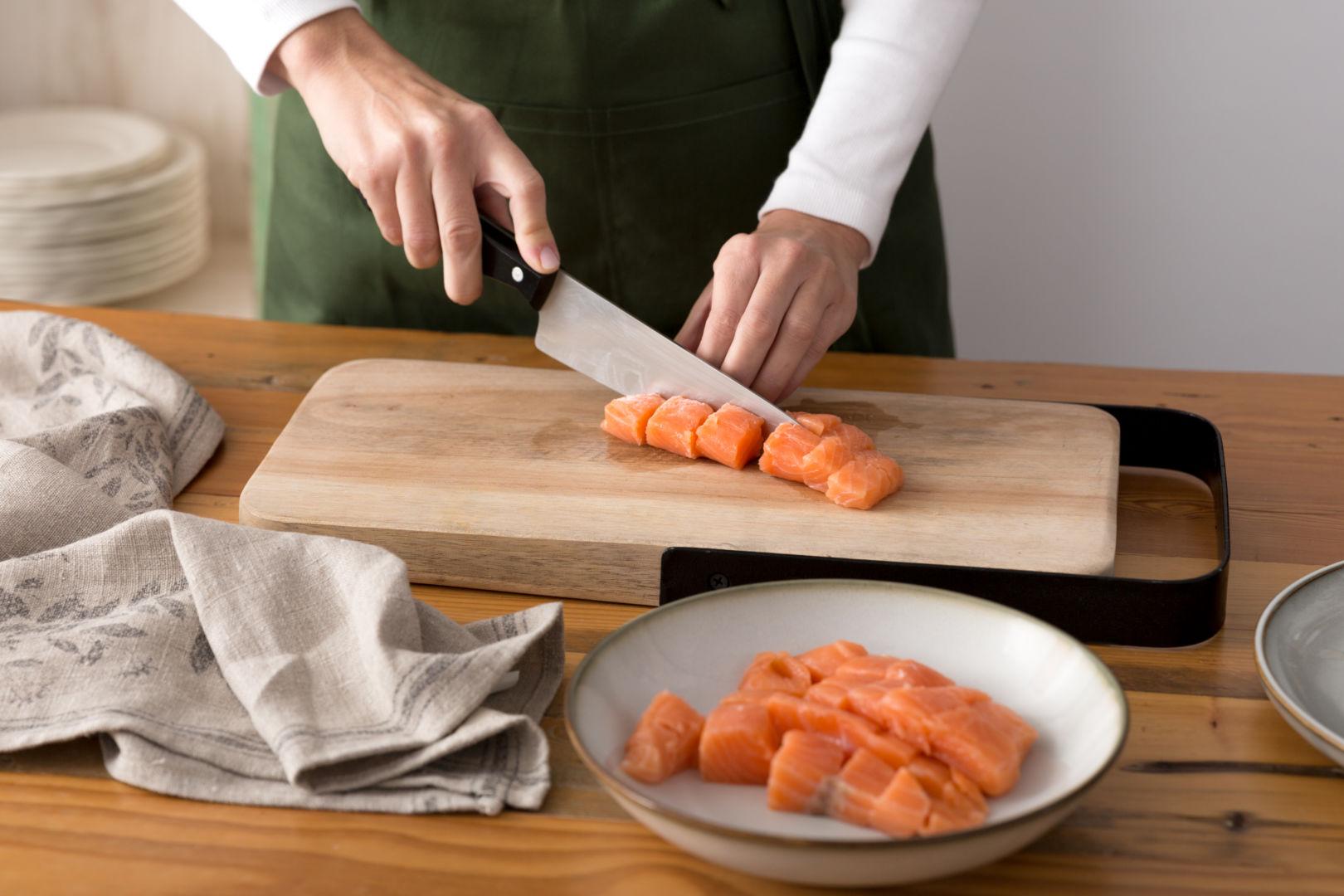 Limpiamos el salmón fresco