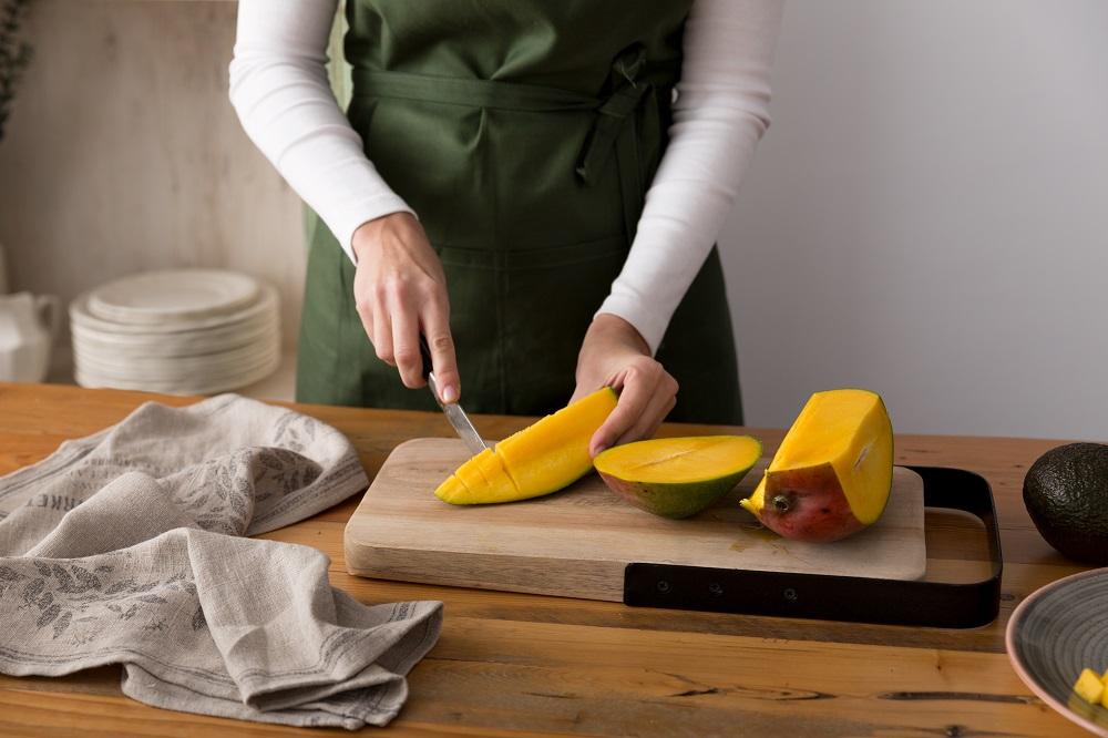 Lavamos y cortamos el mango a tacos pequeños