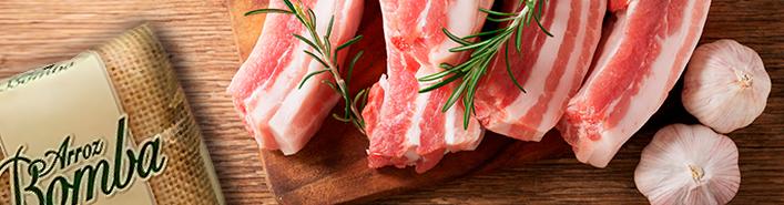 Delicioso plato de arroz con costillas de cerdo