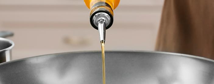 Echamos un chorro de aceite de oliva en una paella
