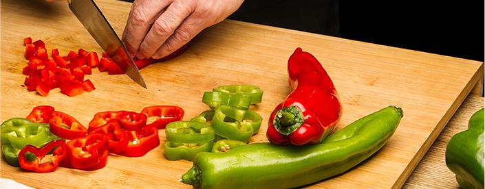 Cortamos en dados el pimiento verde y rojo.